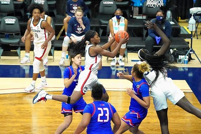 mclean-makes-good-first-impression-in-debut-for-uconn-womens-basketball