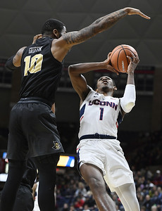 vital-scores-18-to-lead-uconn-mens-basketball-past-ucf