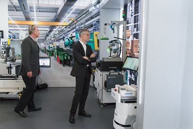 robots-are-everywhere-at-manufactory-40