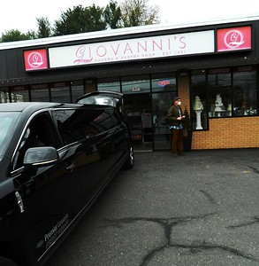 giovannis-bakery-premier-limo-thank-frontline-workers-with-1000-cupcake-delivery