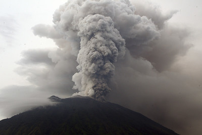 bali-volcano-spits-ash-2-miles-in-the-sky-airport-closed
