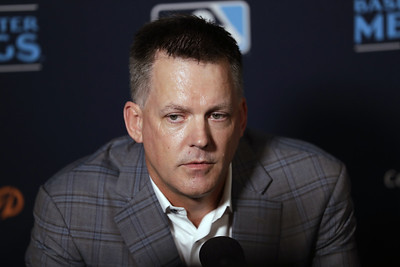 astros-manager-hinch-gm-luhnow-banned-for-season-for-signstealing